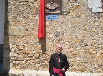 Un pueblo de León (España) dedica una plaza al obispo recoleto de Newark (Estados Unidos) en sus bodas de plata