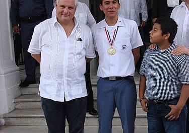El presidente de la República designa a un alumno del Colegio San Agustín abanderado de los desfiles patrios