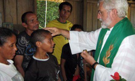 El agustino recoleto Miguel Ángel Peralta recibe un reconocimiento oficial en la ciudad de Lábrea