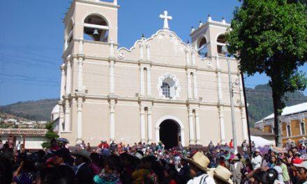 Los agustinos recoletos de Totonicapán presentan la Biblia en lengua quiché