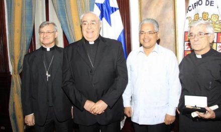 El agustino recoleto José Jaime Beramendi recibe las llaves de la Ciudad de Panamá