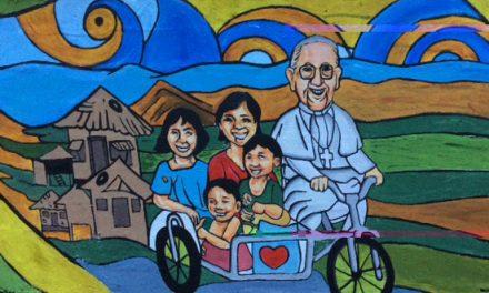 Un grupo de artistas y de estudiantes pintan en Bacólod un mural del Papa