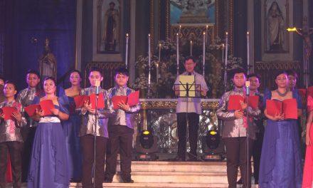 El Cardenal Tagle canta en el Festival de la iglesia de San Sebastián, en Manila