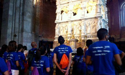 Los jóvenes de las JAR rezan ante el arca de san Agustín en Pavía antes de llegar a Cracovia para participar en la Jornada Mundial de la Juventud.