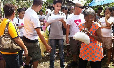 Los frailes de la zona siniestrada visitan a sus familias y reparten los primeros 20.000 euros de ayuda solidaria