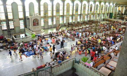 Una iglesia sirve de refugio a medio millar de personas evacuadas por el tifón