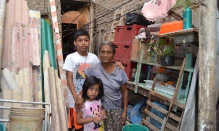 """""""Tenemos que tirar la pared humedecida, porque se puede caer la casa y aplastar a mi mamá y a nuestros niños"""""""