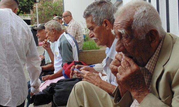 Los ancianos que almuerzan cada viernes en la parroquia de Agustinos Recoletos de Caracas