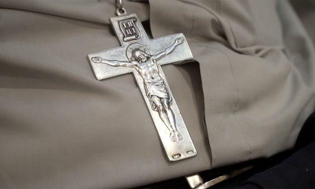 """""""El hermano necesitado son los brazos de la cruz abiertos para abrazar"""""""